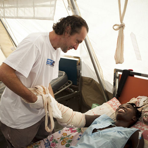 A member of the Humanity & Inclusion rehabilitation team with a patient following the earthquake in Haiti