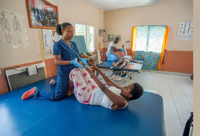 Un fisioterapeuta que trata a un paciente en Haití.